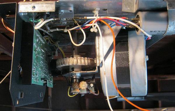 Craftsman opener buzzes wont open drive gear ok for Craftsman garage door opener opens by itself